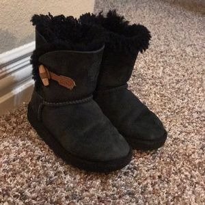 Black uggs with fur inside and cute button